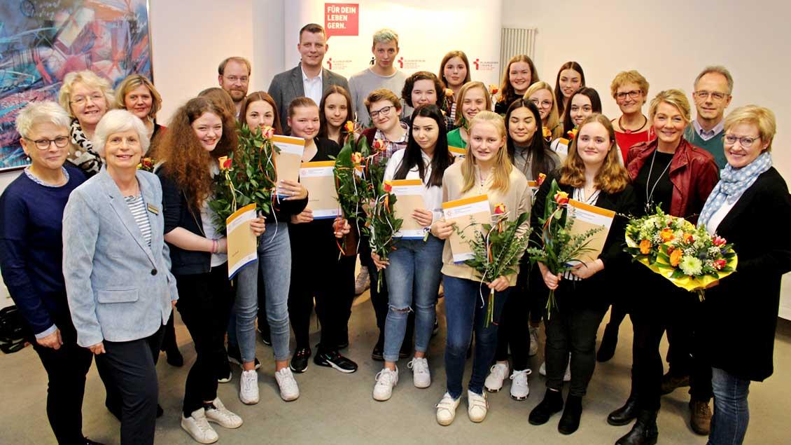 17 Mädchen und ein Junge mit ihren Zertifikaten