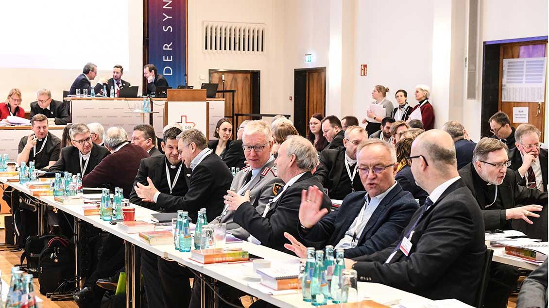 Gespräche während der Synodalversammlung in Frankfurt.