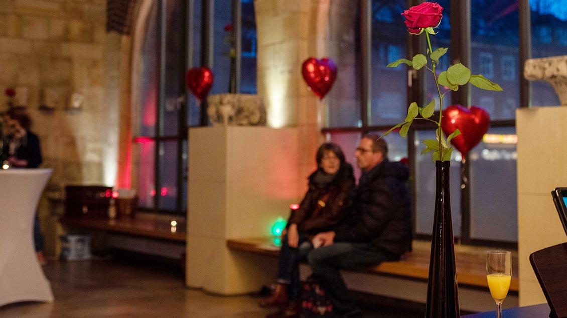 Ein Rose steht in einer Vase in der Vorhalle der Jakobikirche in Coesfeld.