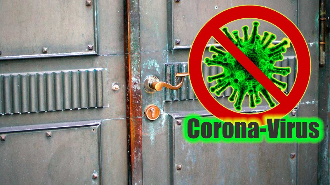 Corona-Warnschild vor Kirche (Montage)