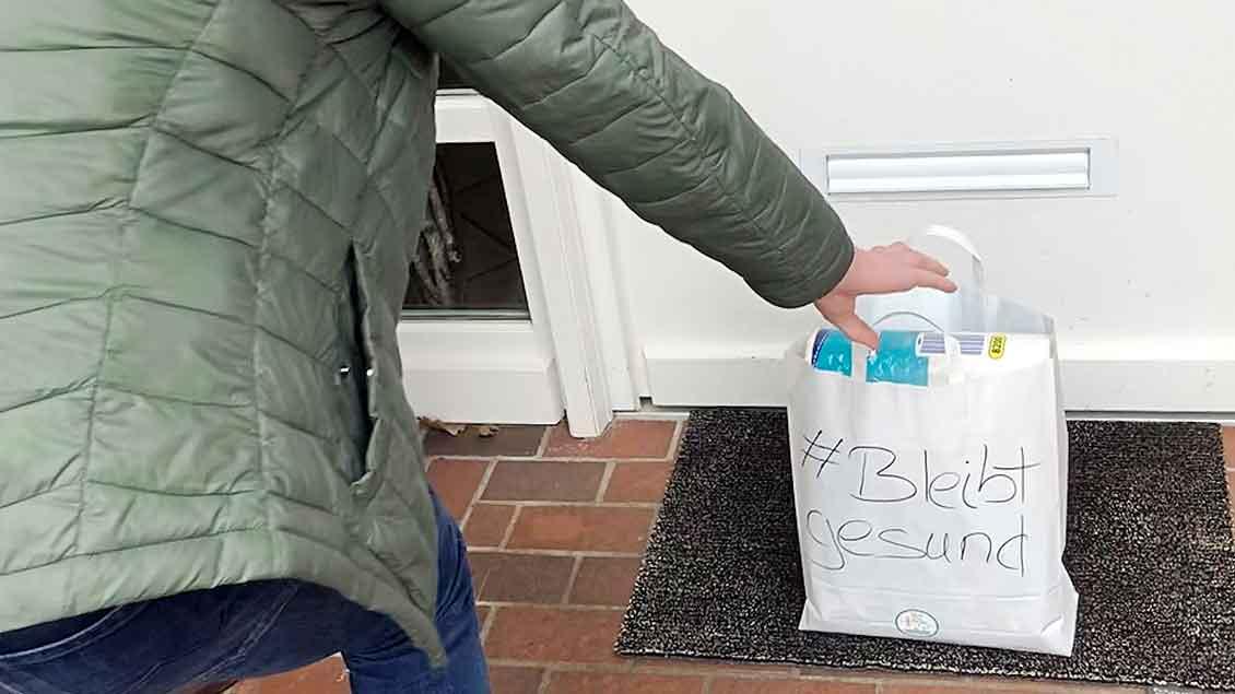 In Papiertüte werden die Einkäufen vor die Haustür gestellt. Foto: privat