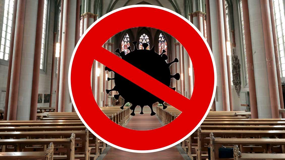 Leere Kirchenbänke mit Corona-Warnschild.