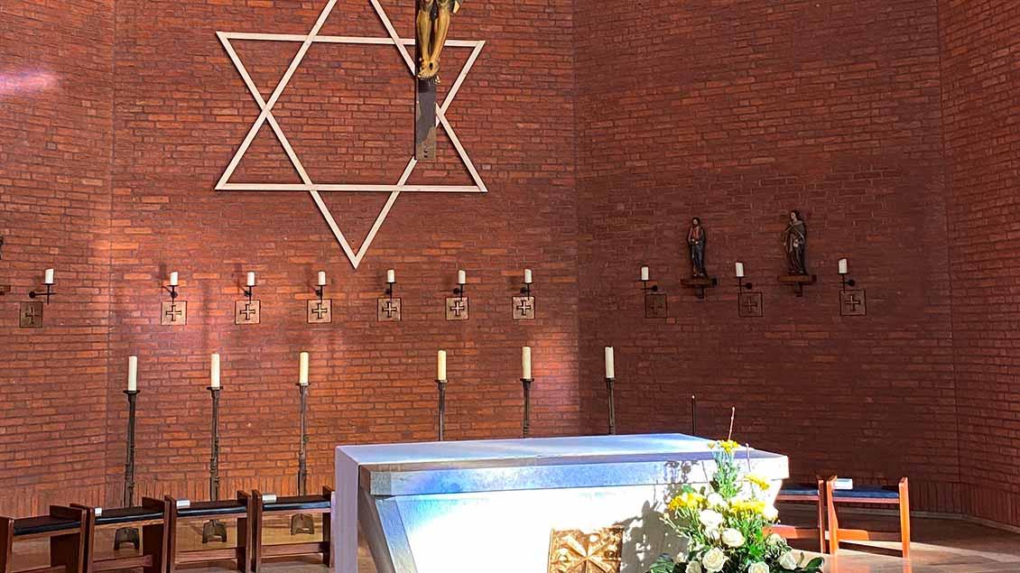 Davidstern im Altrarraum einer katholischen Kirche in Beelen.