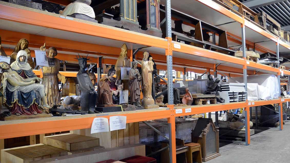 In Hochregalen lagert kirchliches Kunstgut.   Foto: Ann-Christin Ladermann (pbm)