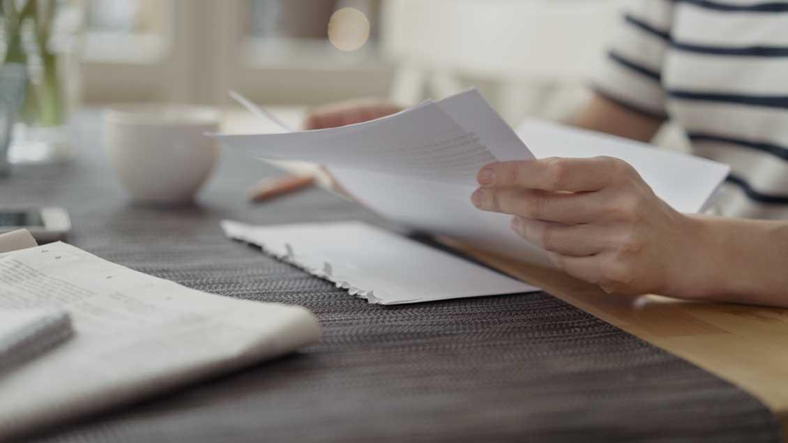 Frau liest einen Brief