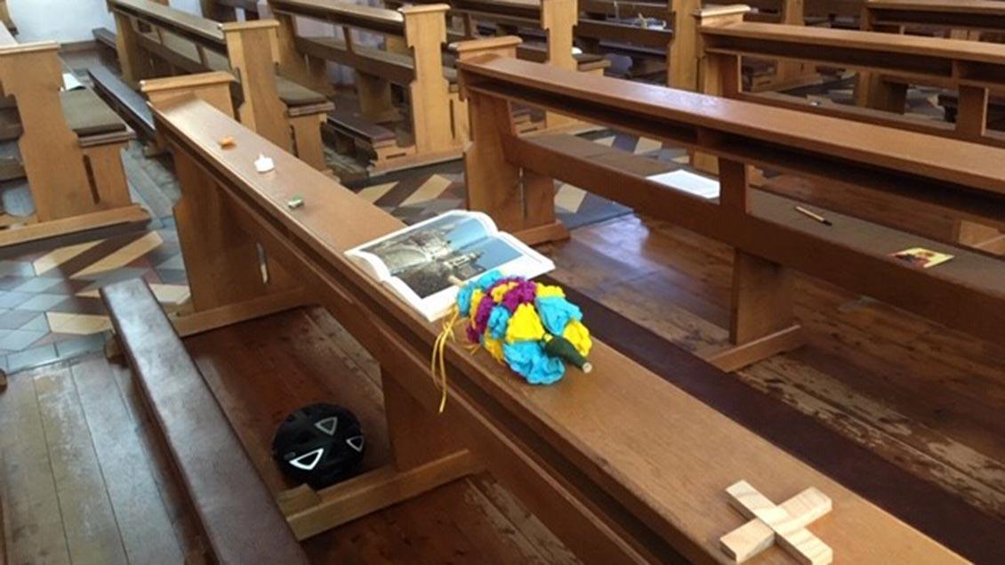 Die Kirche St. Margaretha ist wegen der Corona-Krise leer beim täglichen Gottesdienst. Aber Gläubige haben Symbole für ihre Anwesenheit hinterlassen, von Büchern bis zu Werkzeugen. | Foto: Annette Richter
