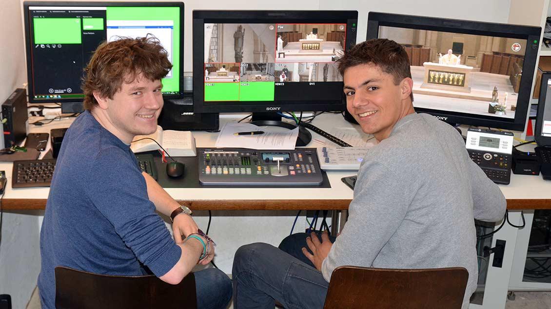 Jakob Kuhn (links) und Johannes Grohs sorgten in der Videoregie für die richtige Bildmischung. | Foto: Ann-Christin Ladermann (pbm)