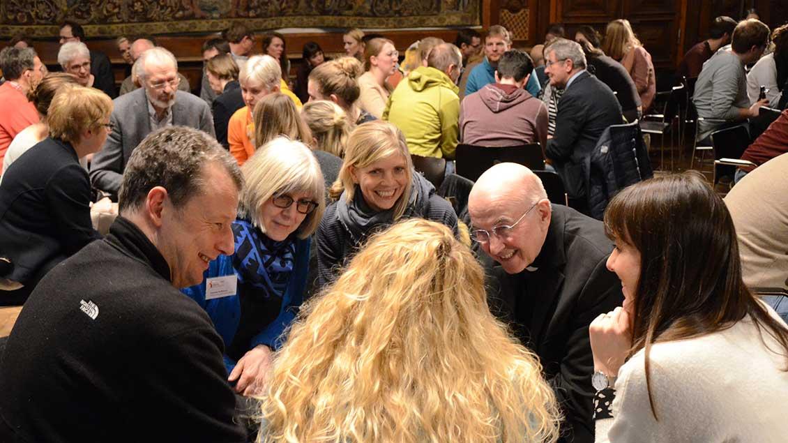 Bischof Felix Genn diskutiert mit Religionslehrern
