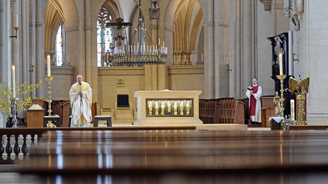 Ein ungewohntes Bild: Leere Bänke im St.-Paulus-Dom, im Chorraum wurde der Bischof von Domkantor Alexander Lauer (rechts) unterstützt. | Foto: Ann-Christin Ladermann (pbm)