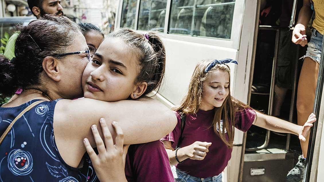 Helene Mekhijan holt ihre jüngste Enkelin Lory vom Schulbus ab.