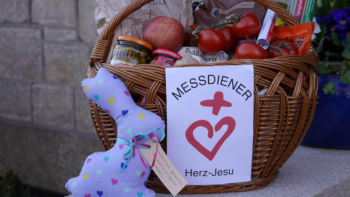 Die Stoffhasen, gestiftet vom Herz-Jesu-Kindergarten, liegen allen Einkäufen als Muntermacher bei.