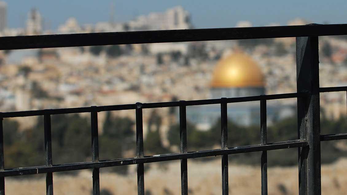 Blick durch Zaun auf Jerusalem