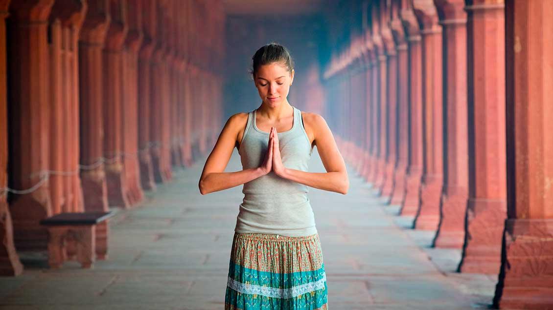 Frau mit Namaste-Geste Foto: Machekhin Evgenii (Shutterstock)