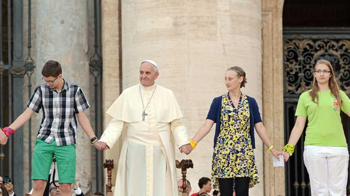 Papst mit Jugendlichen