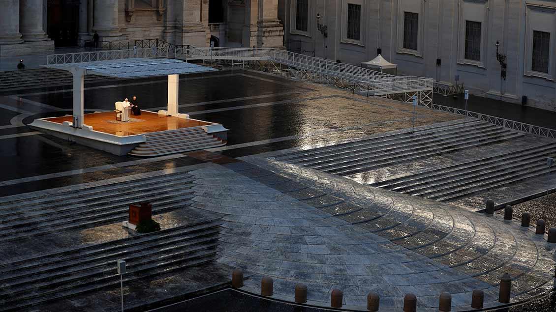 Papst Franziskus allein auf dem Petersplatz in Rom