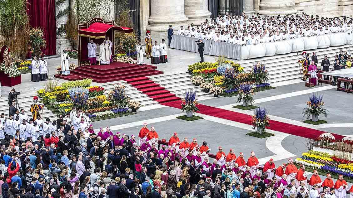 Zur Ostermesse mit Papst Franziskus am 21. April 2019 ist der Petersplatz mit Blumen und Pflanzen im Vatikan geschmückt.