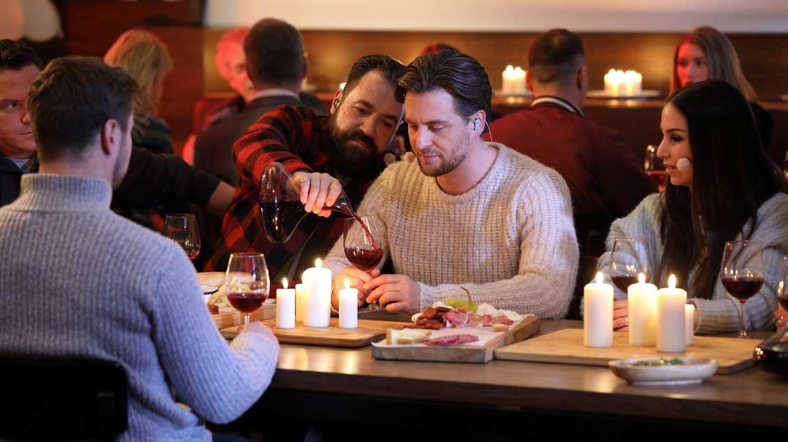 Proben-Bild: Jesus (Alexander Klaws, Mitte) und seine Jünger (von links) Stefan Mross, Nicolas Puschmann, Petrus (Laith al Deen) und Sila Sahin  beim Abendmahl.