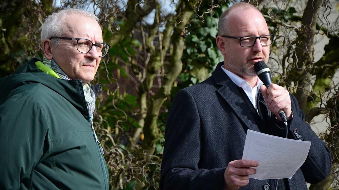 """Kreisdechant Jochen Reidegeld (rechts) und Karl Reinke vom """"Aktionsbündnis für Demokratie""""."""