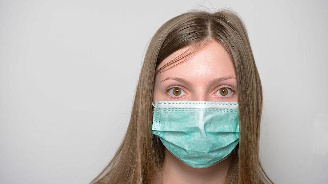Eine Frau mit einer Mundschutz-Maske