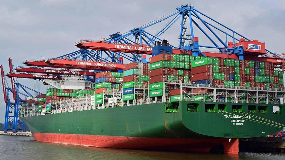 Containerschiff an einem Containerterminal.
