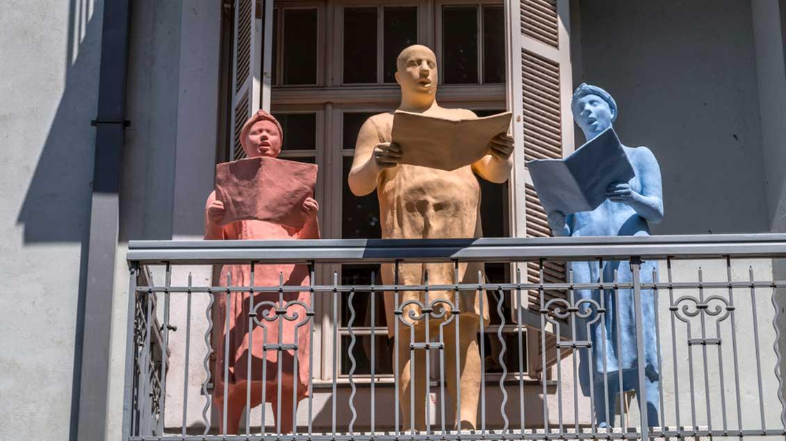 Figuren auf einem Balkon