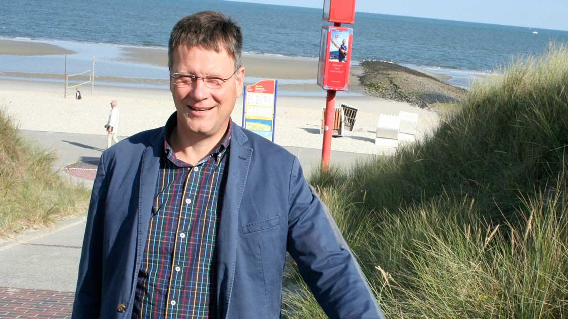 Pfarrer Schlotmann am Strand von Wangerooge.