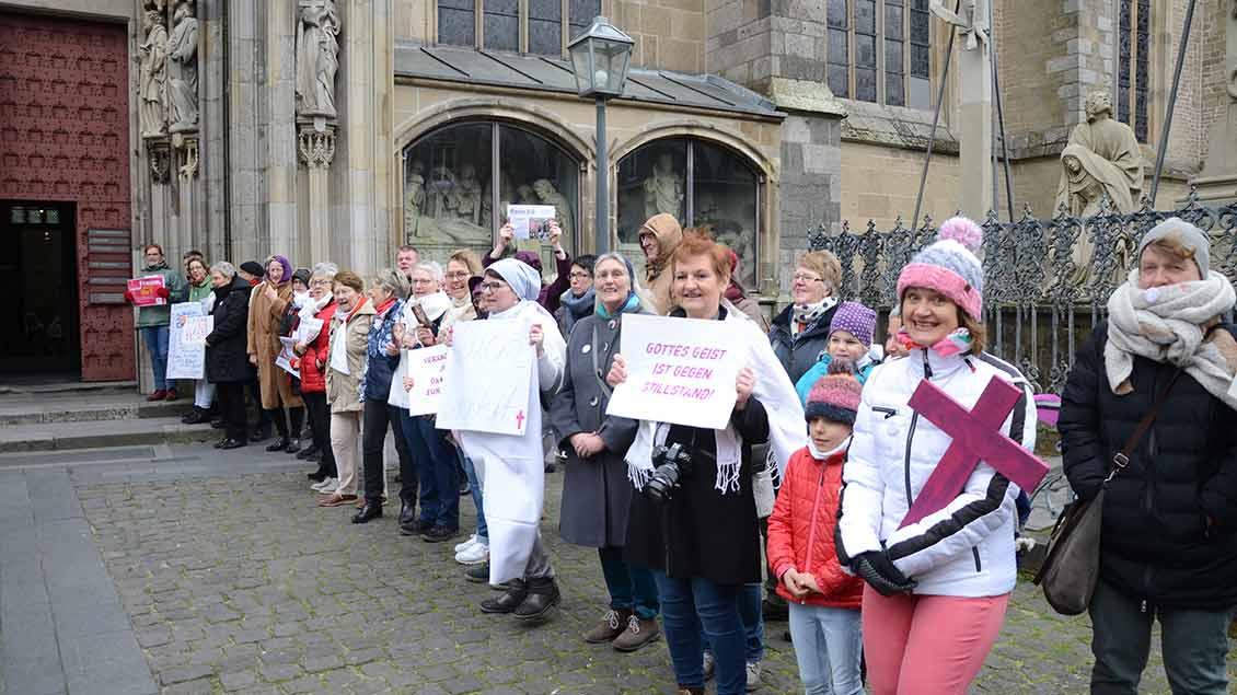 Frauen demonstrieren vor Xantener Dom