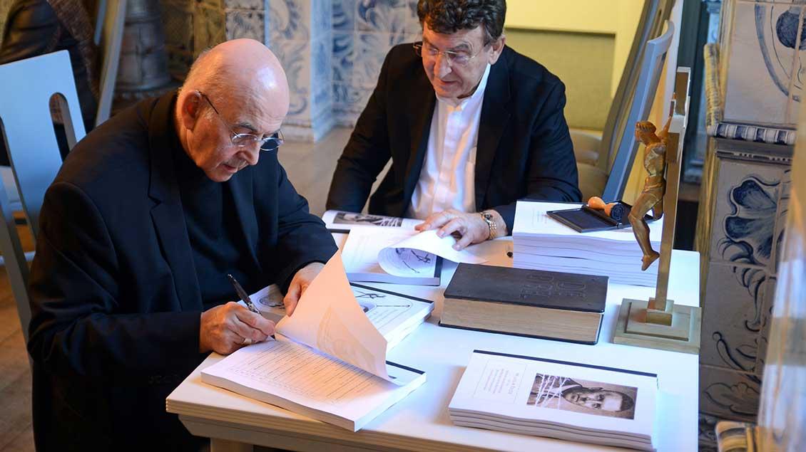 Bischof Felix Genn (links) und Pater Alfred Bell unterschrieben die Dokumente des Seligsprechungsverfahrens für den Klever Diplomaten Wilhelm Frede, die nun nach Rom geschickt werden.