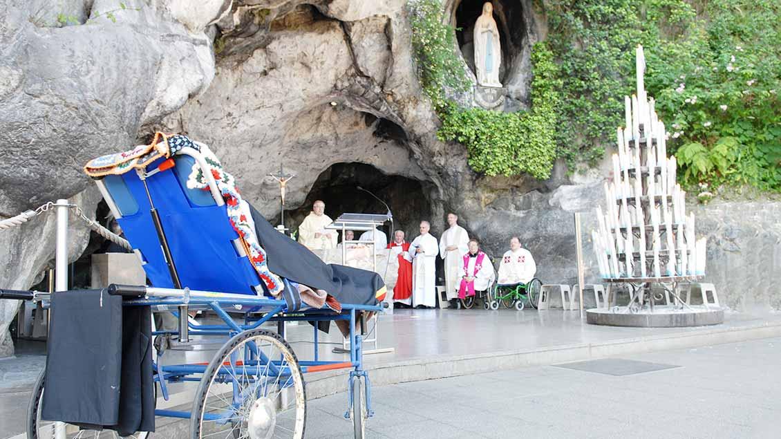 Vor der Erscheinungsgrotte in Lourdes wird ein Gottesdienst für Menschen mit Behinderung gefeiert.