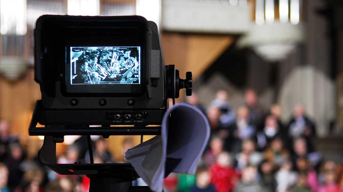 Kamera in einer Kirche.