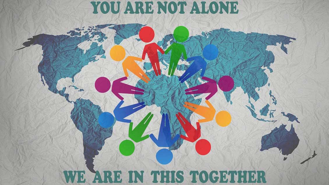 Weltkarte mit menschen, die sich an den Händen halten