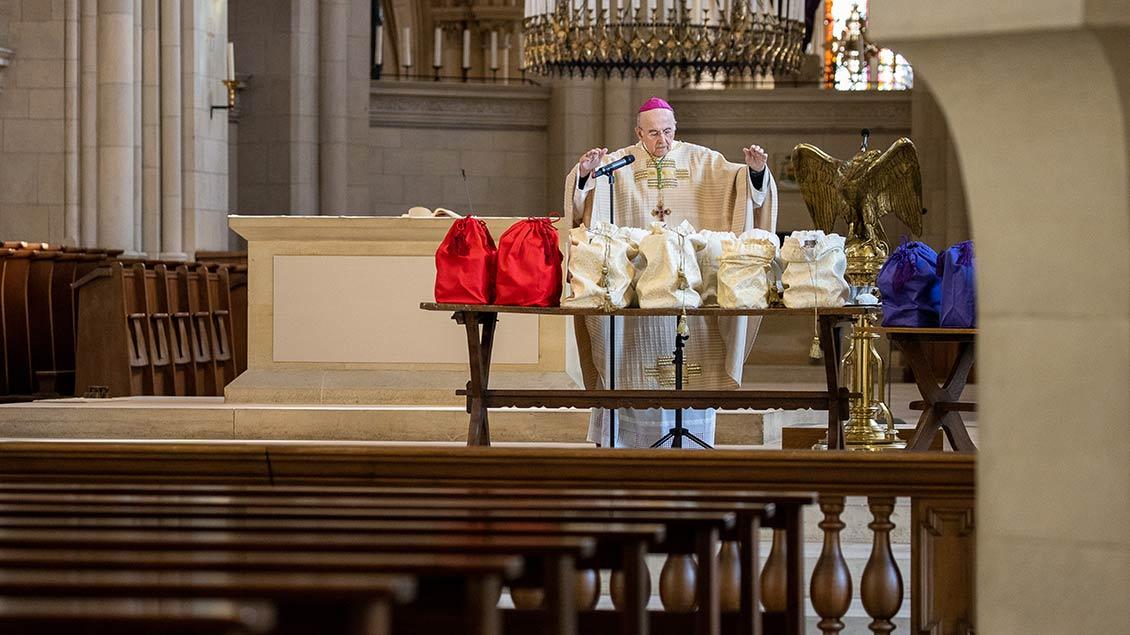 Bischof Felix Genn segnet die heiligen Öle