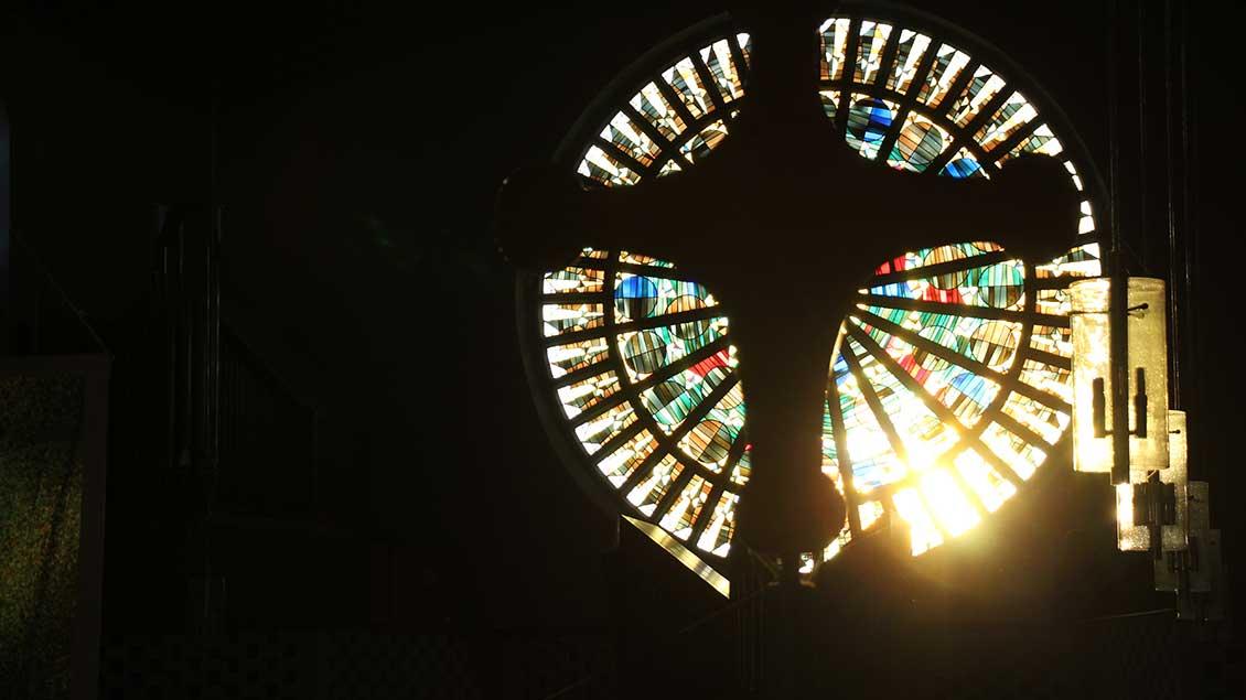 Kreuz vor Licht