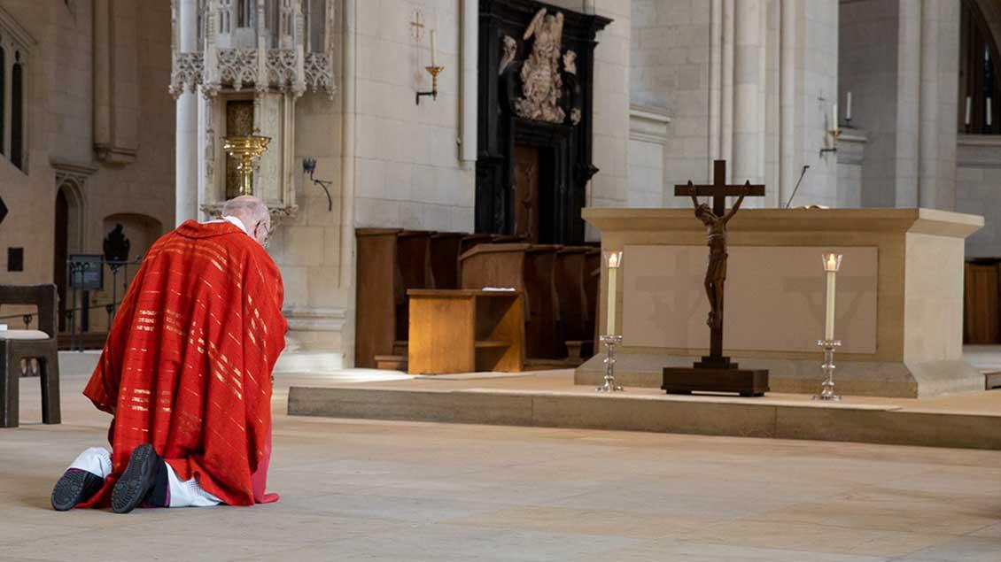 Bischof Felix Genn bei der Kreuzverehrung