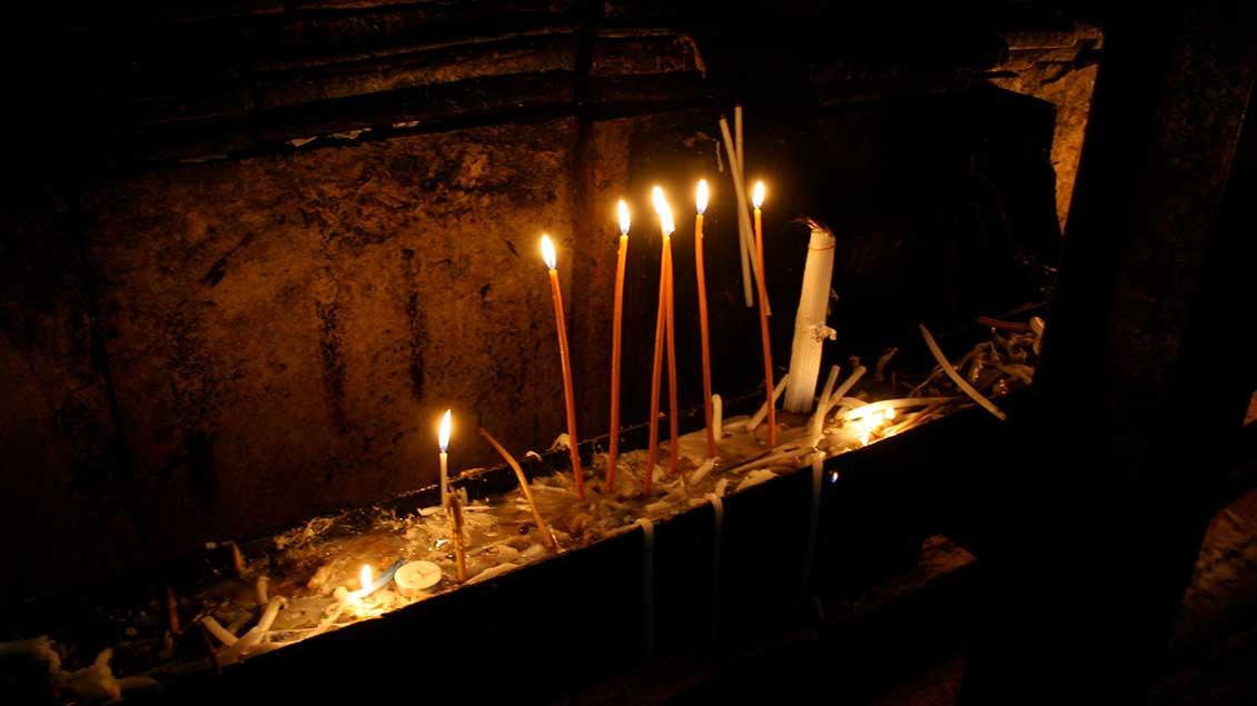 Kerzen an der Grabeskapelle von Jerusalem