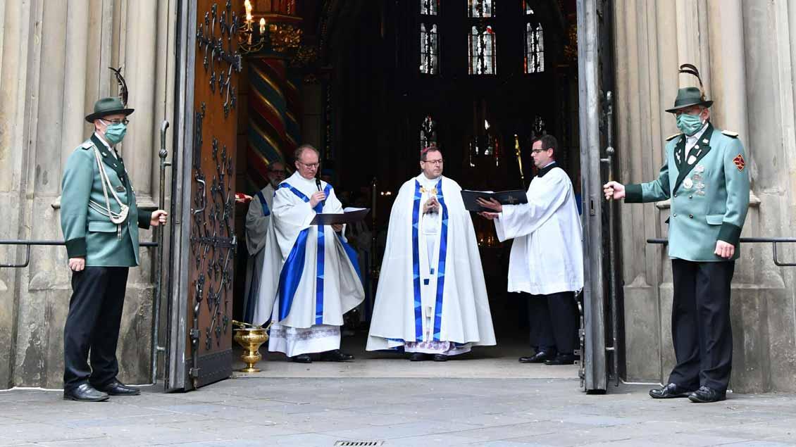 """Mit Maske und Abstand: In diesem Jahr wurde die Pforte zum ersten Mal von innen nach außen geöffnet: """"Aus der Basilika hinaus in die Welt""""."""