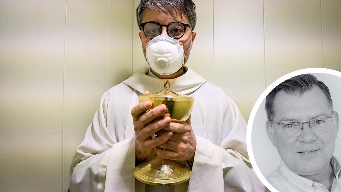 Priester mit Mundschutz