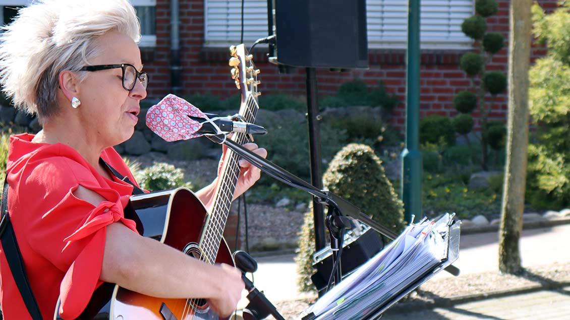 Hobbymusikerin Heike Bruns mit ihrer Gitarre vor dem Lohner Altenheim St. Elisabeth-Haus. | Foto: Michael Rottmann