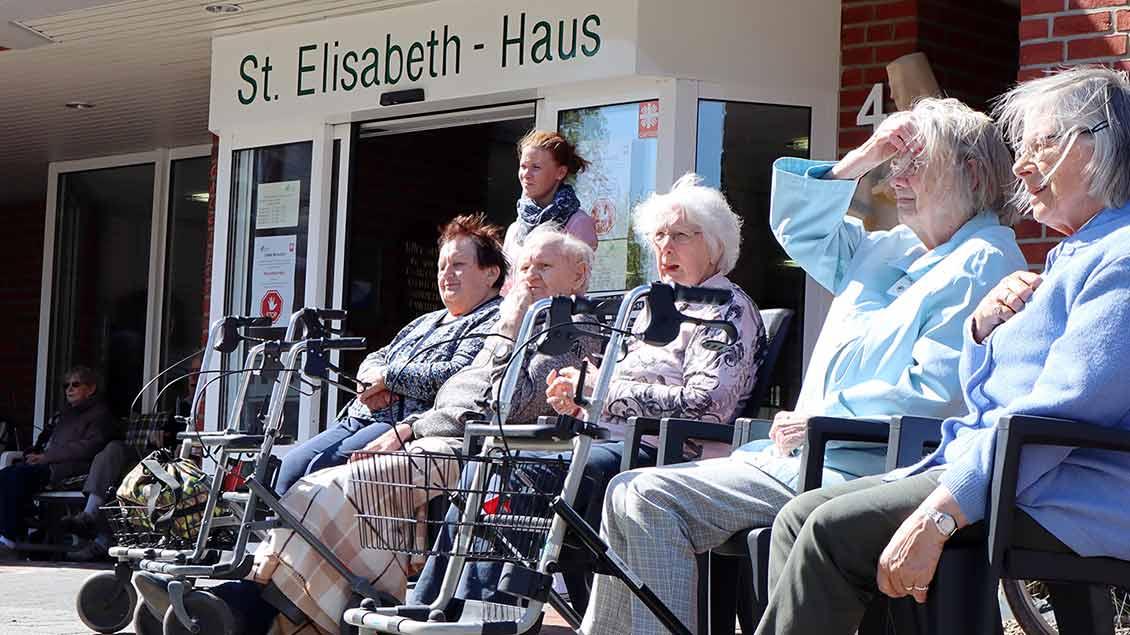 In angemessenem Abstand lauschen Bewohner des Altenheims der Musik. | Foto: Michael Rottmann