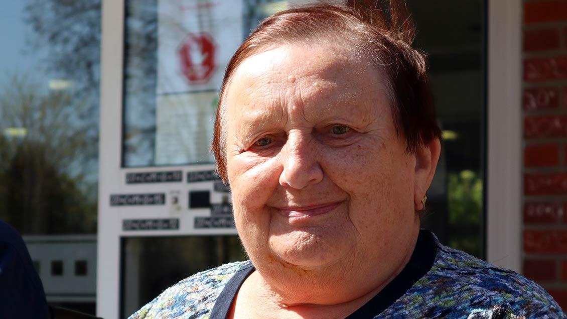Maria Heikebrügge (85) freut sich über die Abwechslung. Seit sie niemand von außen mehr besuchen kann, sei es schon ziemlich eintönig geworden, sagt sie. | Foto: Michael Rottmann