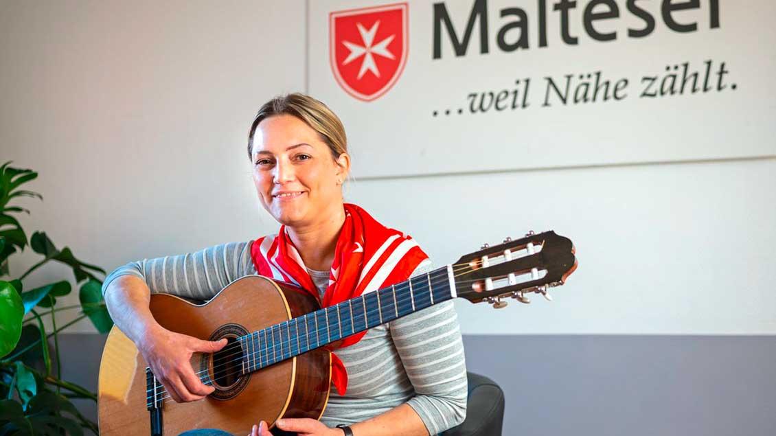 Eva Leistra mit einer Gitarre