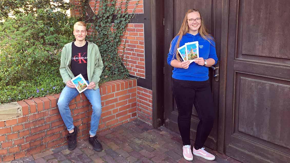 Titus Suing und Clara Gerdes mit den fertigen Ausgaben der Messdienerzeitung.