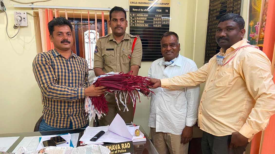 Die Schutzmasken, die von den Dalit-Frauen in den Nähstuben hergestellt worden, sind für Polizisten, Pflegepersonal und andere Personen des öffentlichen Lebens gedacht.