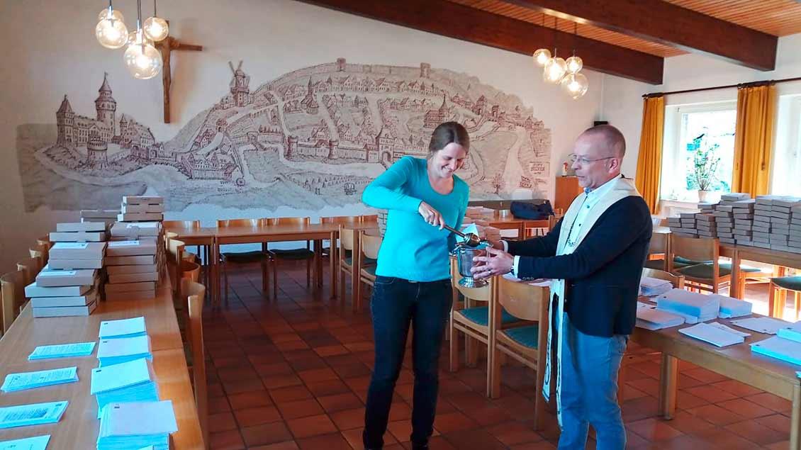 Pastoralreferentin Katharina van Meegeren und Pfarrer Dietmar Hehse bei der Segnung