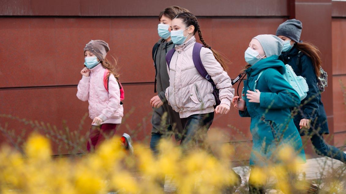 Kinder mit Mundschutz