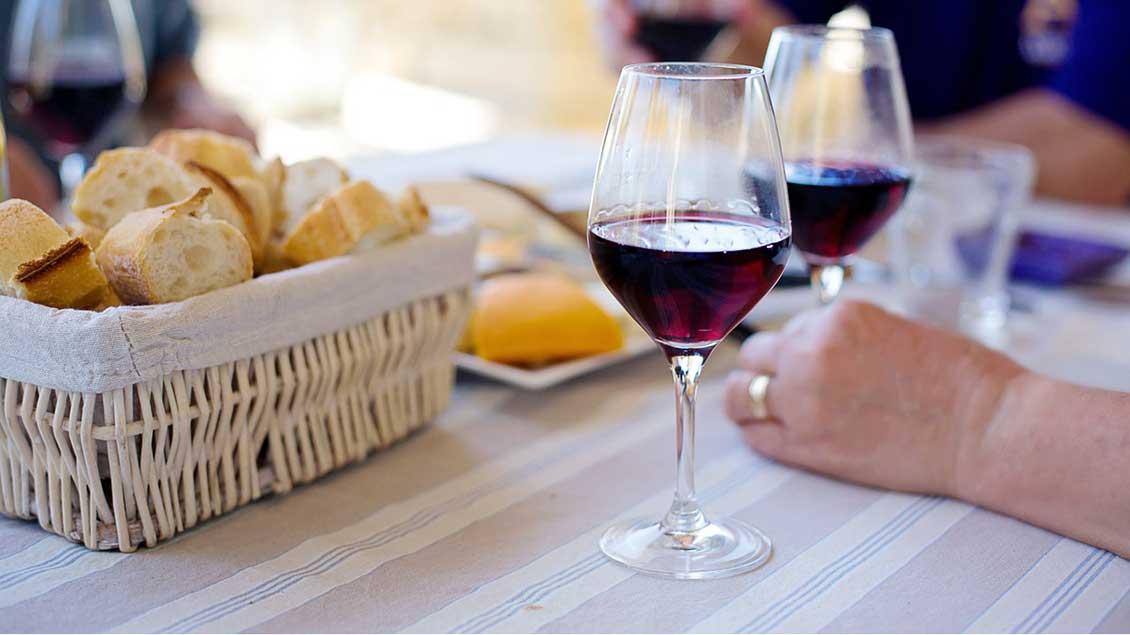 Tisch mit Brot und Wein