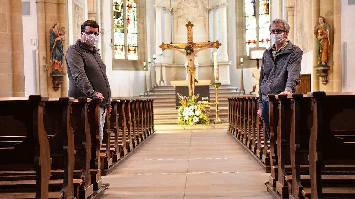 Siegfried und Patrick Schlepphorst stehen im Mittelgang der St.-Nikolaus-Kirche in Münster-Wolbeck.