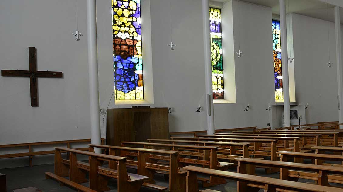 Leere Kirche mit lichtstrahlenden Fenstern