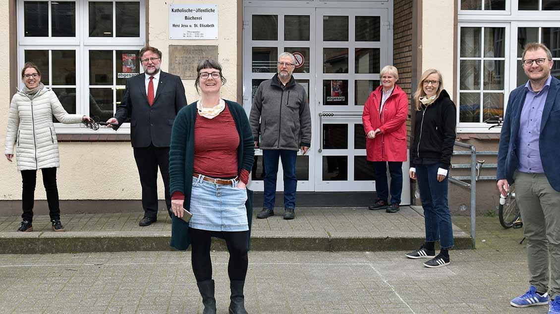 Cornelia Wilkens (Sozialdezernentin), Pfarrer Hans-Rudolf Gehrmann, Christine Kockmann (Leiterin Bahnhofsmission), Ludger Picker (Pfarrcaritas), Bernadette Alfert (Pastoralreferentin), Julia Kunzelmann (Diakonie) und Thomas Schlickum (Caritas-Vorstand).