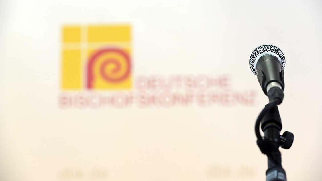 Mikro vor Logo der Bischofskonferenz